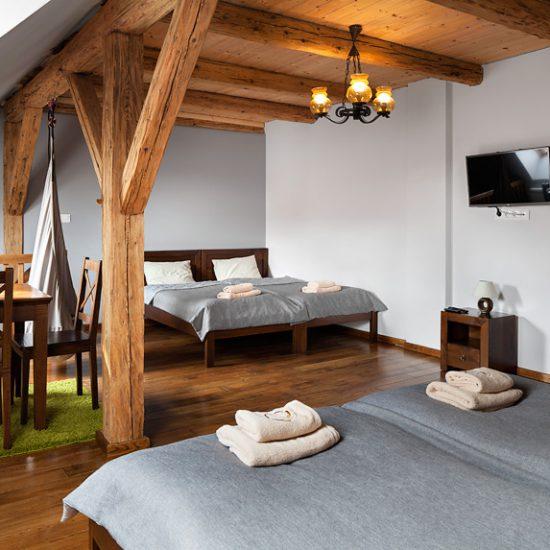Górna sypialnia w apartamencie rodzinnym Guyota