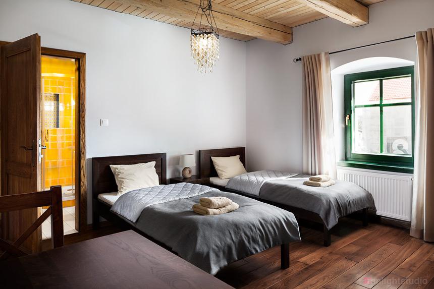 Sypialnia w apartamencie Guyota z antresolą 6 os.