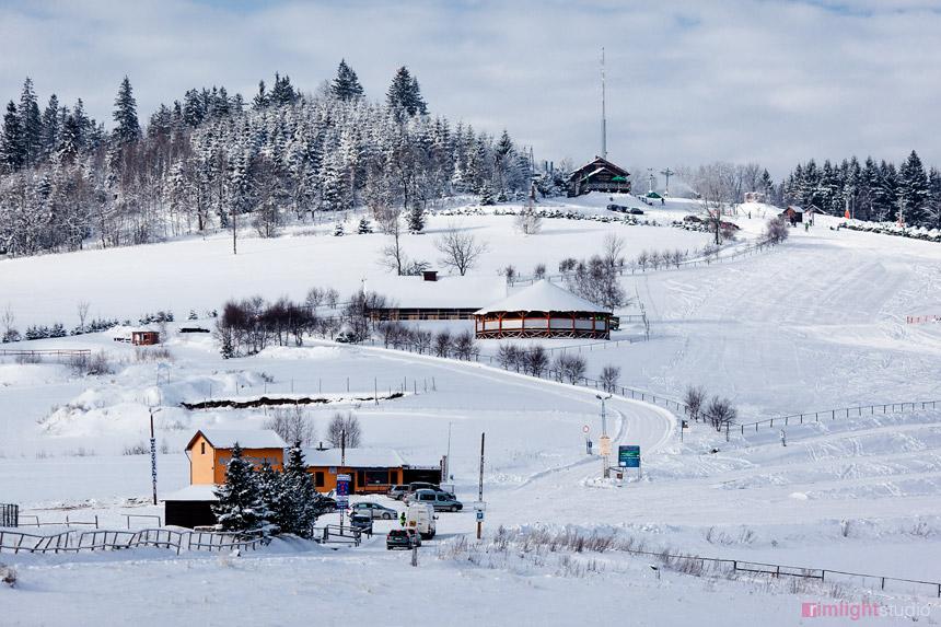 Widok na parking oraz wypożyczalnię sprzętu narciarskiego
