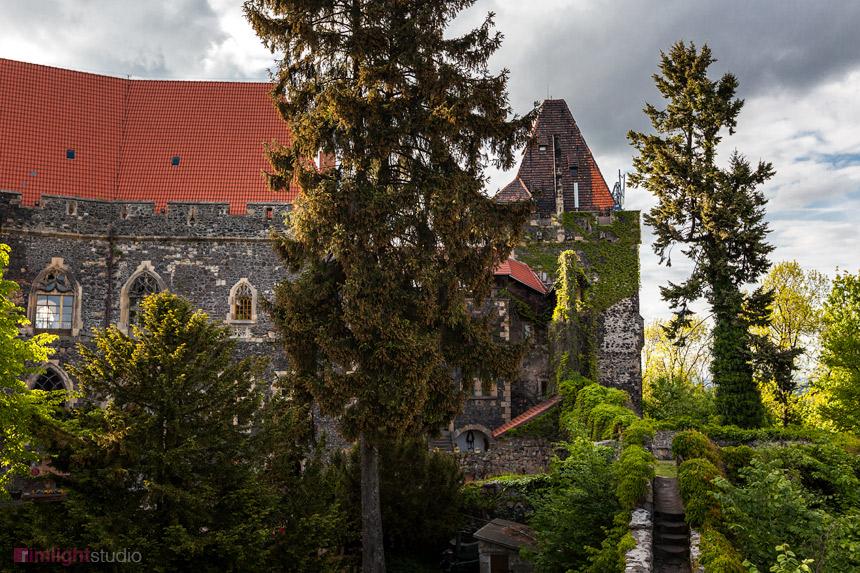 Widok na mury i dziedziniec Zamku Grodziec